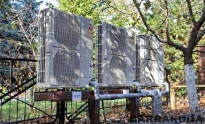 При реконструкции установлен каскад из трех воздушных тепловых насосов с функциями отопления и горячего водоснабжения