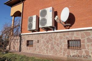 Экономичная система отопления на воздушном инверторном (изменяемая мощность) тепловом насосе Zubadan 14 кВт, с среднегодовым коэффициентом преобразования COP>3, максимальной температурой подачи 60 С.