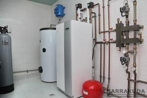 Система отопления на геотермальном тепловом насосе NIBE F1145 12 кВт, c коэффициентом COP – 4,79 ( при 0/35 °С), с максимальной температурой подачи 65 °С от компрессора.