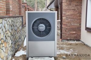 Зовнішній блок повітряного теплового насоса. Проводить відбір тепла з навколишнього повітря та віддає його в систему опалення.