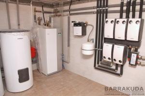 Погодозависимая автоматика управляет тепловым насосом (мощность, температура подачи), контуром радиаторов, контурами теплого пола 1 и 2 этажа, контуром горячей воды, циркуляции.