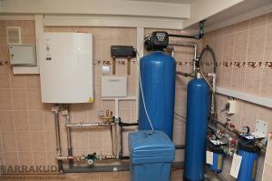 От установленного на стене наружного блока, фреоновый контур заводится в дом и подключается к теплообменнику фреон - вода.