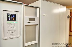 Автоматика забезпечує погодозалежне виробництва тепла, змінюючи потужність і температуру подачі теплового насоса. Оновлення прошивки автоматики проводиться з звичайної флешки.