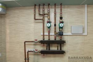 Распределительная гребенка контуров отопления: прямой контур радиаторов; смесительный контур теплых полов.