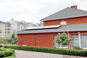Гелиосистема на плоских солнечных коллекторах BUDERUS обеспечивает приготовление горячей воды в 300 л бойлере и нагрев внутреннего бассейна площадью 37 м.кв.
