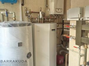 Система отопления может работать от трех источников, или любого их сочетания - геотермальный тепловой насос; электрический нагрев, конденсационный газовый котел