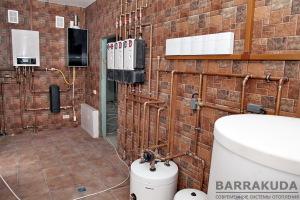 Отопление производится низкотемпературными контурами радиаторов и теплого пола. Охлаждение - контуром холодных потолков.