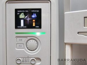 Кольоровий графічний дисплей з довідковою інформацією на кожній сторінці дозволяє зручно управляти та налаштовувати тепловий насос. Підвищення характеристик та додавання нових функцій, легко виробляється установкою нових прошивок через порт USB